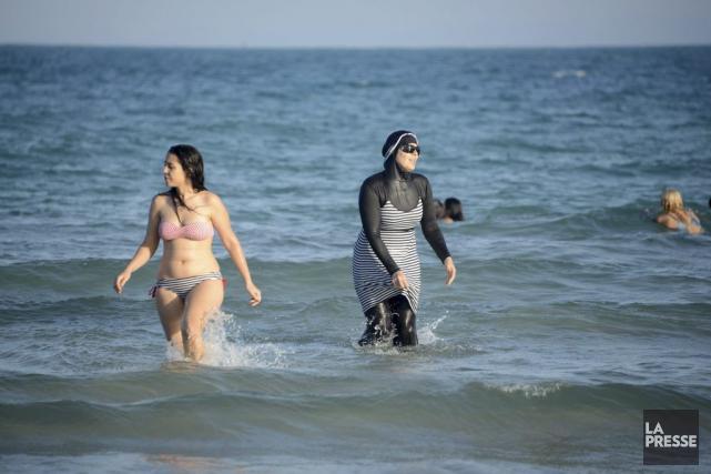 Une femme, à droite, portant un burkini.... (Archives AFP, Fethi Belaid)