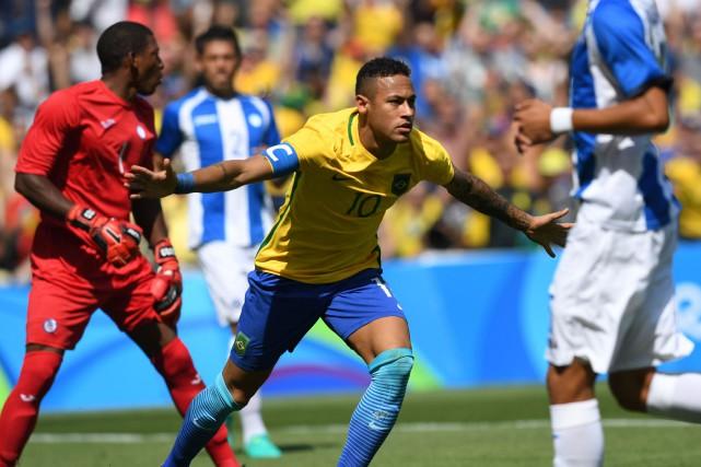 Neymar (au centre) a marqué deux buts dans... (Photo Vanderlei Almeida, AFP)