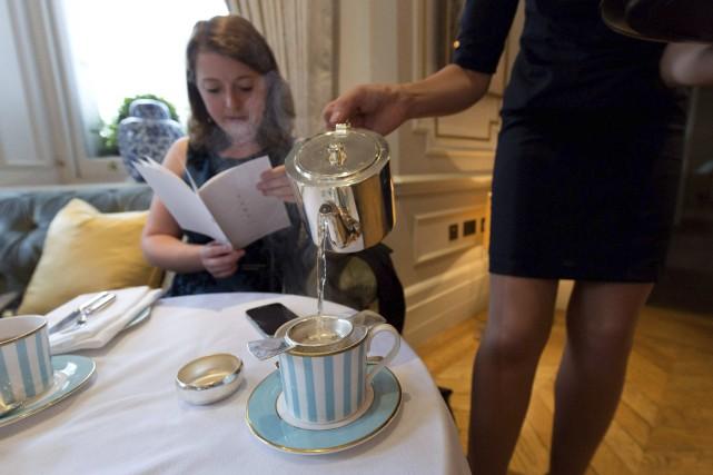 À l'hôtel Kensington, à Londres, une serveuse verse... (AFP)