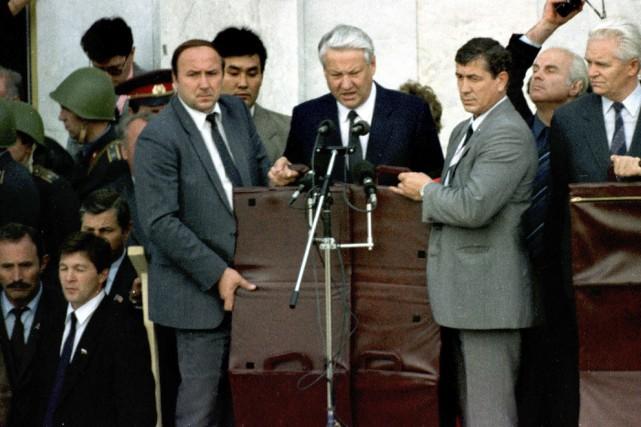 Protégé par des boucliers pare-balles,Boris Yeltsin prend la... (AFP, Alexander Nemenov)