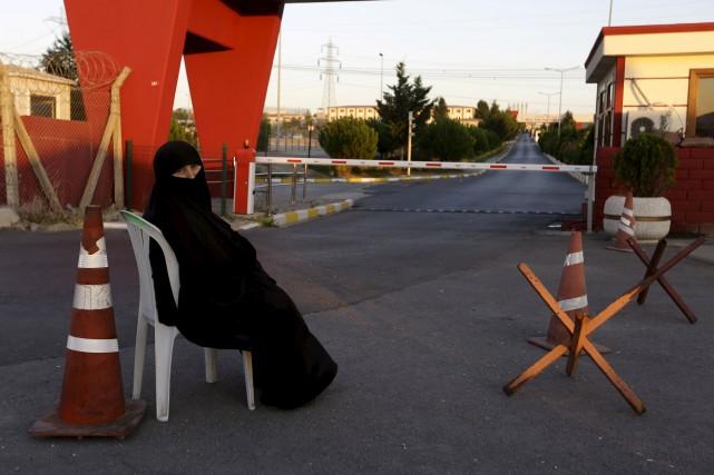 Une mère attend la libération de son enfantdevant... (AP, Thanassis Stavrakis)