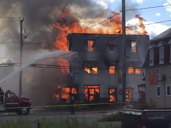Les flammes ont complètement ravagé l'édifice abandonné qui... (Photo fournie)