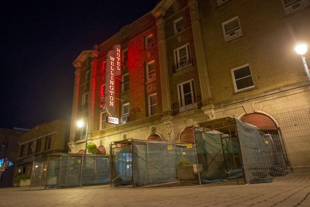 Des échafaudages ont été installés devant l'Hôtel Wellington,... (Spectre Média, Marie-Lou Béland)