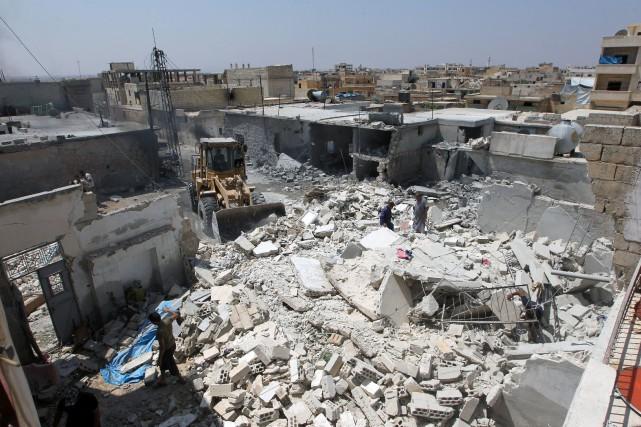 Les avions du régime et de son allié russe bombardaient jeudi les fiefs des... (PHOTO AMMAR ABDULLAH, ARCHIVES REUTERS)