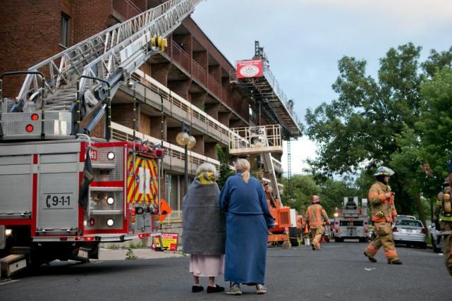 L'incendie d'un immeuble d'habitation de Montréal a jeté... (PHOTO DAVID BOILY, LA PRESSE)