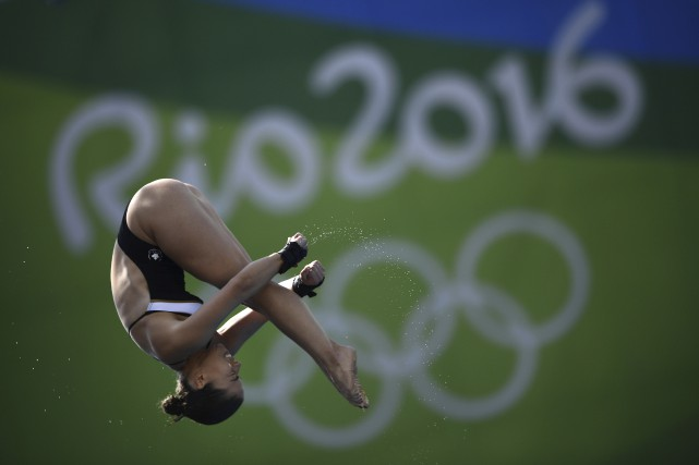 Roseline Filion durant la demi-finale au plongeon de... (AFP, Martin Bureau)