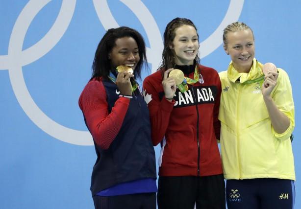 Les médaillées américaine Simone Manuel, canadienne Penny Oleksiak... (PHOTO MATT SLOCUM, ASSOCIATED PRESS)