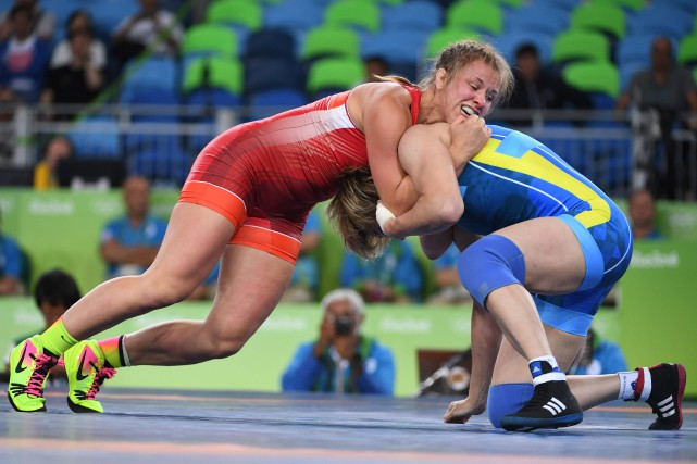 La Canadienne Erica Wiebe (en rouge)a battu Guzel... (Photo Toshifumi Kitamura, AFP)