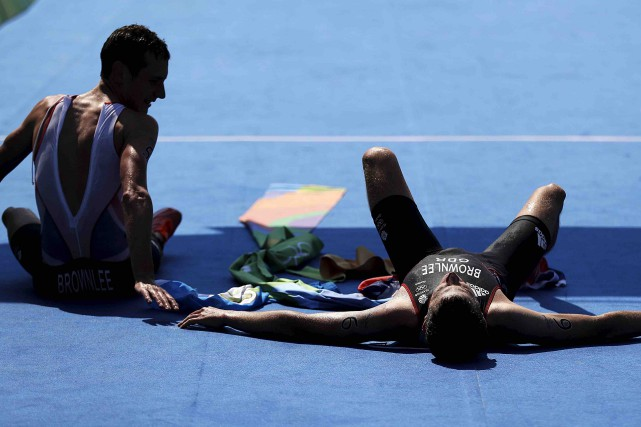 Alistair et Jonathan Brownlee... (AP, David Goldman)