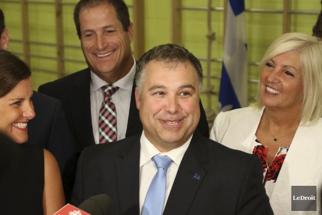 Accompagné de la ministre responsable l'Outaouais, Stéphanie Vallée,... (Patrick Woodbury, LeDroit)