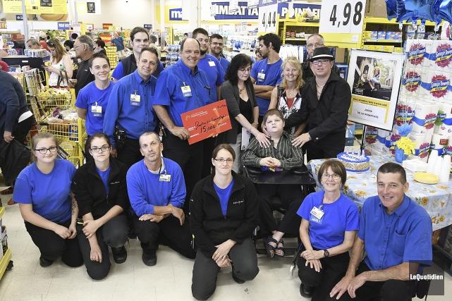 L'équipe du Maxi de La Baie s'est réunie... (Photo Le Quotidien, Mariane L. St-Gelais)