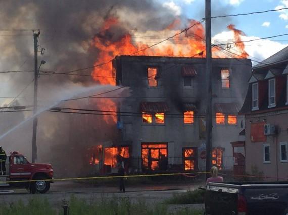 Mercredi, les flammes ont complètement ravagé l'immeuble abandonné...