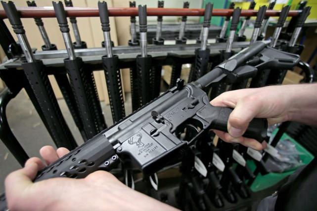 Une arme d'assaut AR-15... (Charles Krupa, Archives PC)