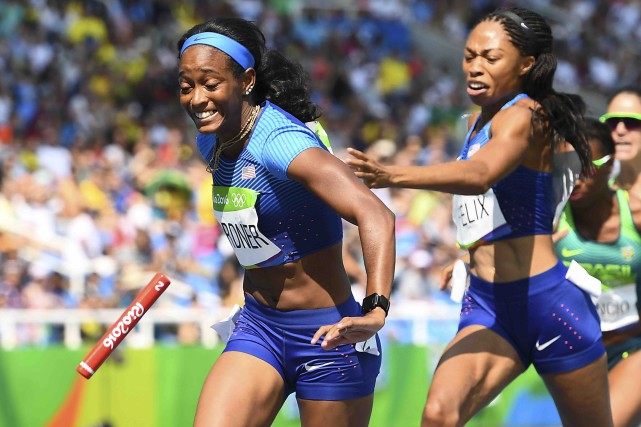 Allyson Felix lance le témoin en direction d'English... (AFP, Franck Fife)