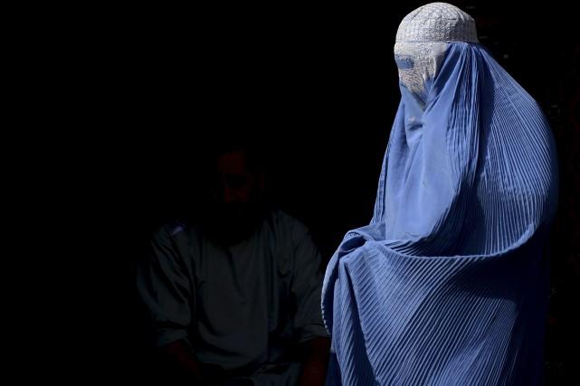 Une femme afghane vêtue d'une burqa marche dans... (Photo Aref Karimi, archives AFP)