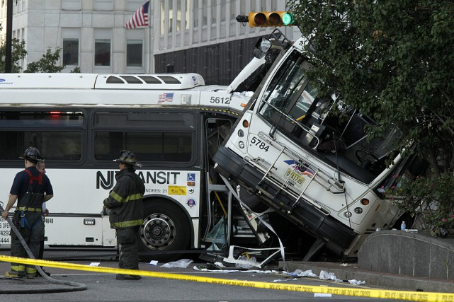 Un autobus qui n'avait à ce moment que... (PHOTO AP/BOB SCIARRINO, NJ ADVANCE MEDIA)