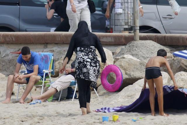 Une femme porte un burkini sur une plage... (PHOTO REUTERS)