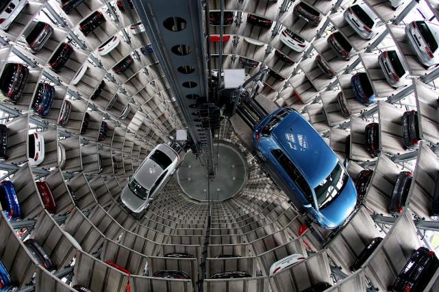 La production dans plusieurs usines de Volkswagen en... (Photo Ronny Hartmann, AFP)