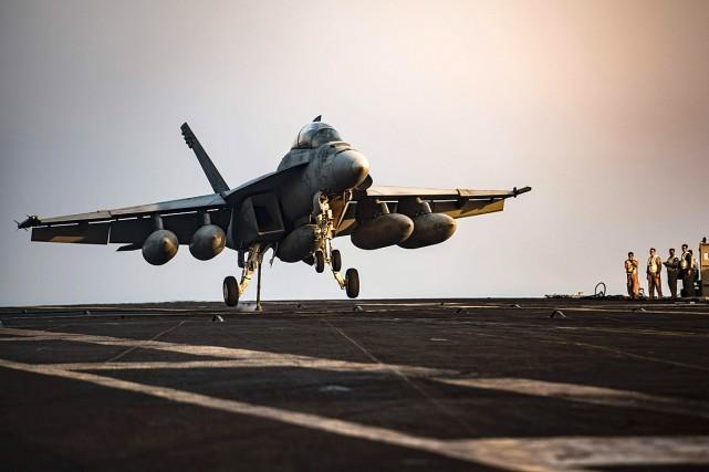 Un F/A-18F Super Hornet de l'Armée américaine dans... (PHOTO ARCHIVES AFP/FOURNIE PAR L'ARMÉE AMÉRICAINE)