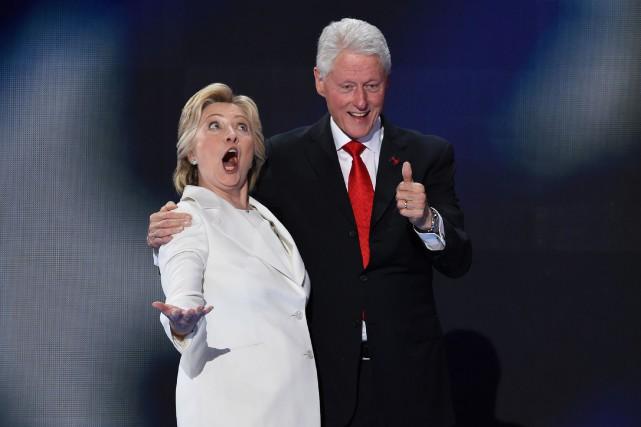 Hillary Clinton et son époux et ex-président des... (PHOTO SAUL LOEB, AFP)