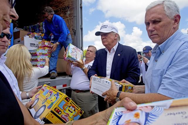 Donald Trump aide à décharger des vivres pour... (AP)