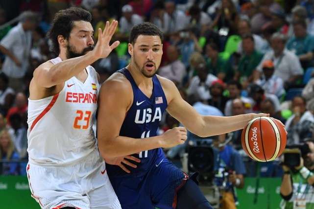 Klay Thompson (à droite) a inscrit 22 points... (Photo Andrej Isakovic, AFP)