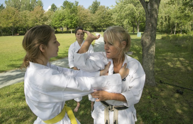 Tania Paradis-Bouffard et Anik Desrosiers apprennent l'autodéfense sous... (Spectre Média, René Marquis)