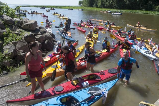 Les 150 kayakistes ont accosté à Louiseville, dès... (Stéphane Lessard)