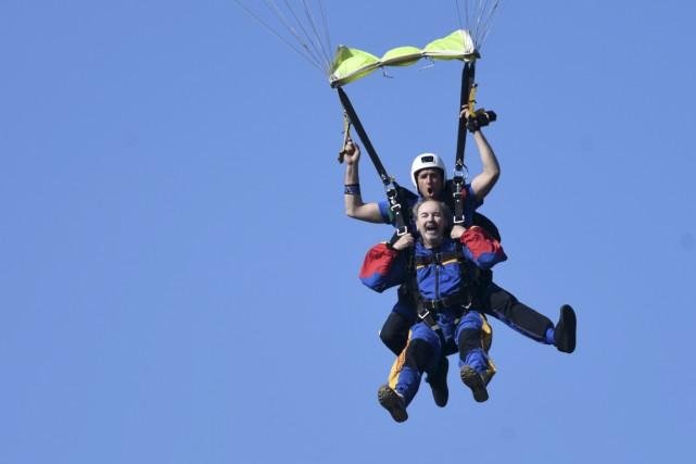 Jean-Guy Dubois a sauté en parachute pour ses... (Stéphane Lessard)