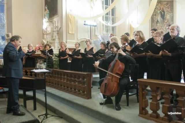 Le choeur dirigé par Pierre Lamontagne, vendredi soir... (Photo Le Quotidien, Michel Tremblay)