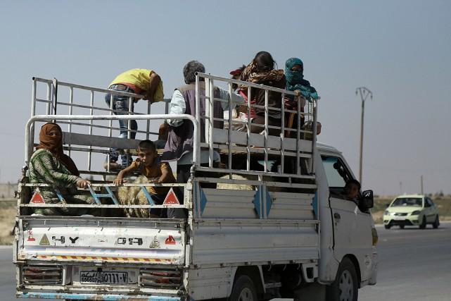 Des Kurdes quittent dans la province de Hassaké,... (PHOTO DELIL SOULEIMAN, ARCHIVES AFP)