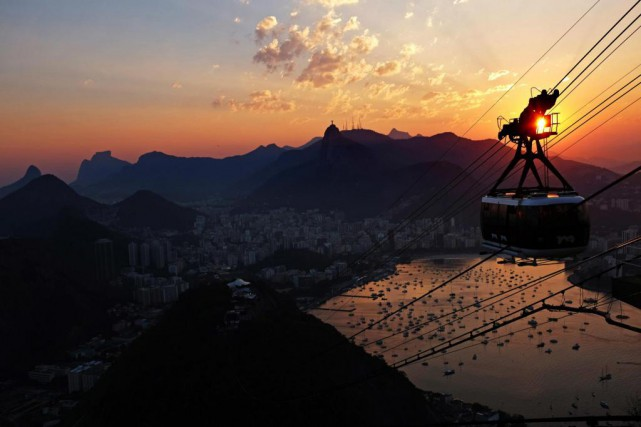 Un téléphérique survole Rio de Janeiro, alors que... (Photo David Goldman, Associated Press)