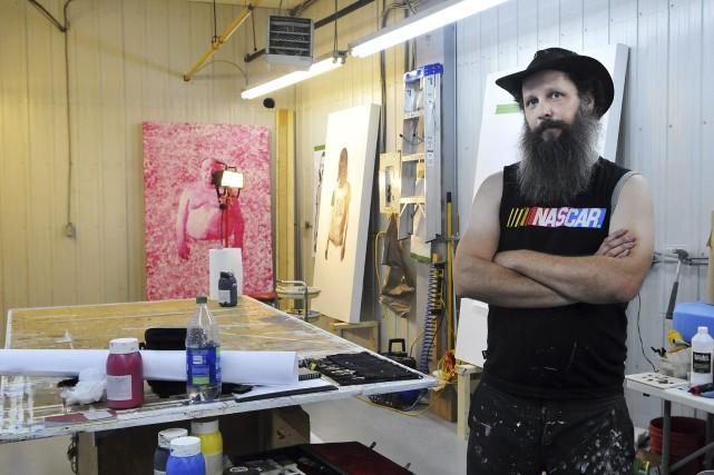 Le peintre Pascal Picard profite de l'atelier de... (Photo Le Progrès-Dimanche, Rocket Lavoie)