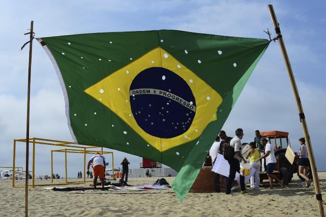La plage de Copacabana est nettoyée après une... (Agence France-Presse)