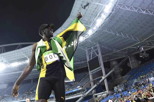 Usain Bolt pose après le relais 4 X... (AFP, Jewel Samad)