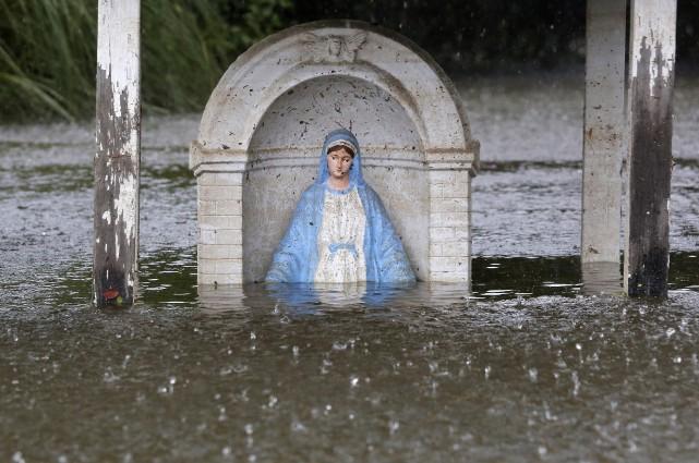 Une statue de la Vierge submergée à Sorrento.... (REUTERS)