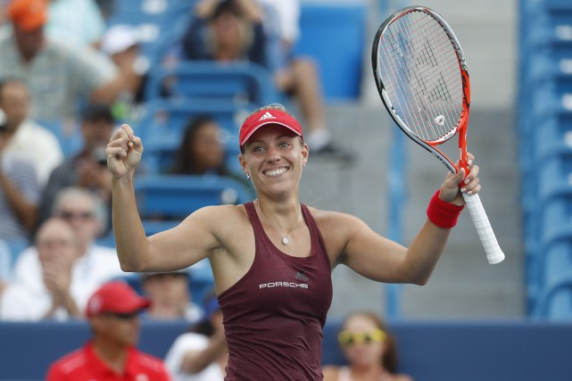 Angelique Kerber célèbre après avoir battu Simona Halep... (AP)