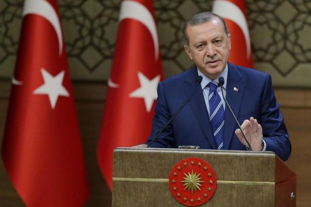 Au milieu des drapeaux turcs, une pancarte accuseFethullah... (photoHussein Malla, associated press)
