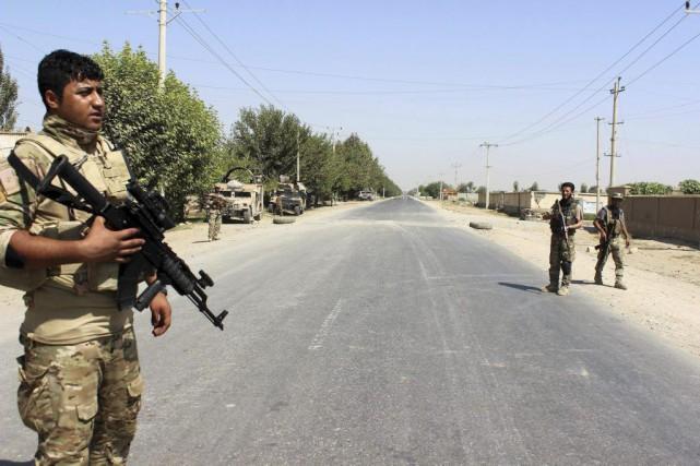 L'arrivée d'environ 200 hommes des commandos de l'armée... (PHOTO BASHIR KHAN SAFI, AGENCE FRANCE-PRESSE)