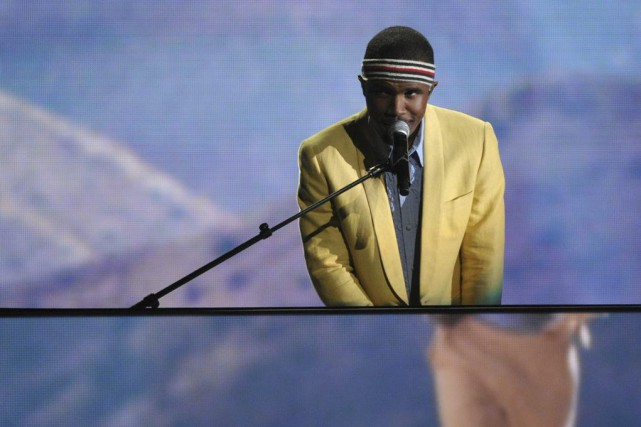 Frank Ocean chantant à la soirée des Grammy... (PHOTO JOHN SHEARER, ARCHIVES AP)
