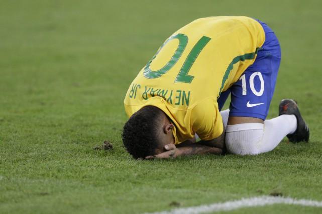Neymar a fondu en larmes après avoir marqué... (Photo Leo Correa, AP)
