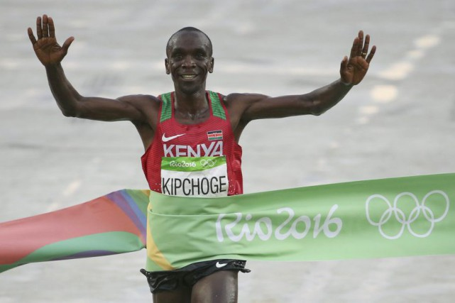 Malgré les conditions pluvieuses, le Kényan Eliud Kipchoge... (PHOTO SERGIO MORAES, REUTERS)