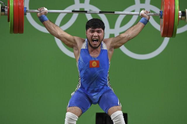 L'haltérophile kirghize Izzat Artykov, médaillé de bronze (-69kg),... (PHOTO GOH CHAI HIN, ARCHIVES AFP)