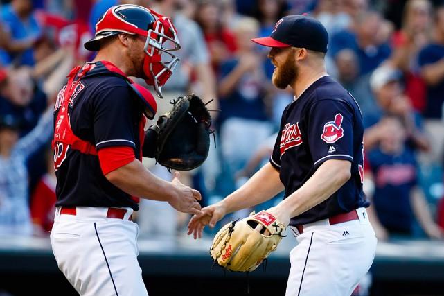 Roberto Perez félicite le lanceur de relève Cody... (Photo Rick Osentoski, USA Today)