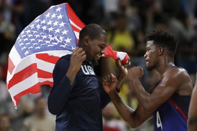Kevin Durant et Jimmy Butler célébraient la victoire... (AP, Eric Gay)