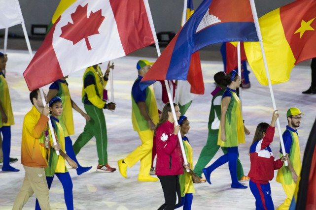 La nageuse Penny Oleksiak porte le drapeau du... (Lucas Oleniuk/Getty Images)