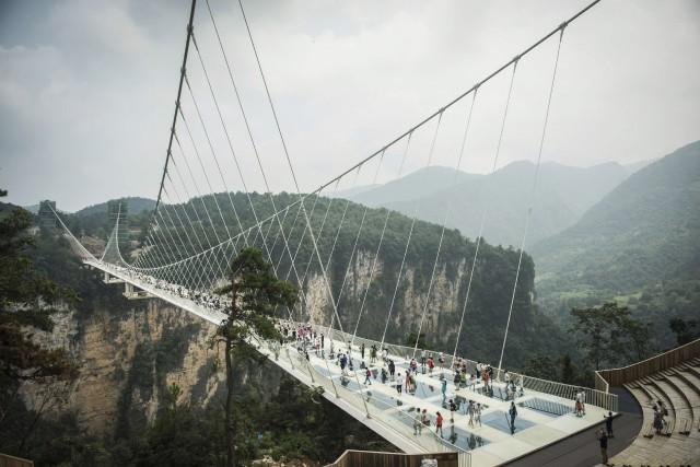 Long de 430 mètres et perché à 300... (AFP, Fred Dufour)