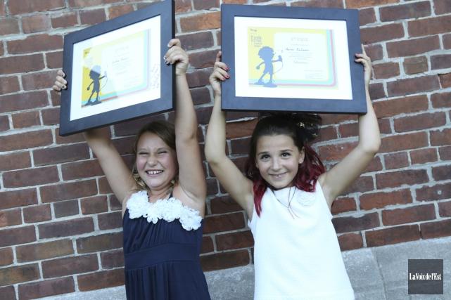 Les deux jeunes gagnantes, Cynthia Marquis et Marine... (Julie Catudal, La Voix de l'Est)