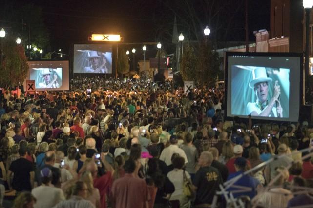 Des gens sont rassemblés à Bobcaygeon en Ontario... (La Presse canadienne, Fred Thornhill)