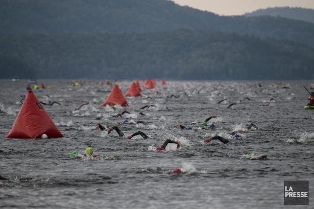 Les nageurs ont fait face à d'importantes vagues... (Photo La Presse, Hugo-Sébastien Aubert)